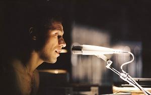 freccia parla al microfono