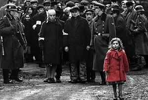 schindler's list bambina con cappottino rosso