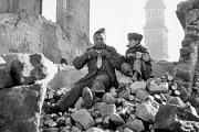 soldato nero e bambino italiano in paisà