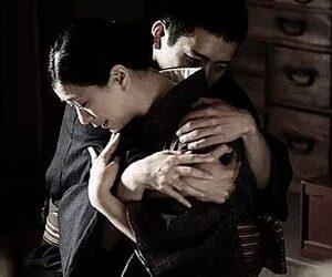 marito e moglie abbraccio